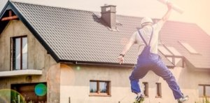 Springender Heimwerker in Blaumann